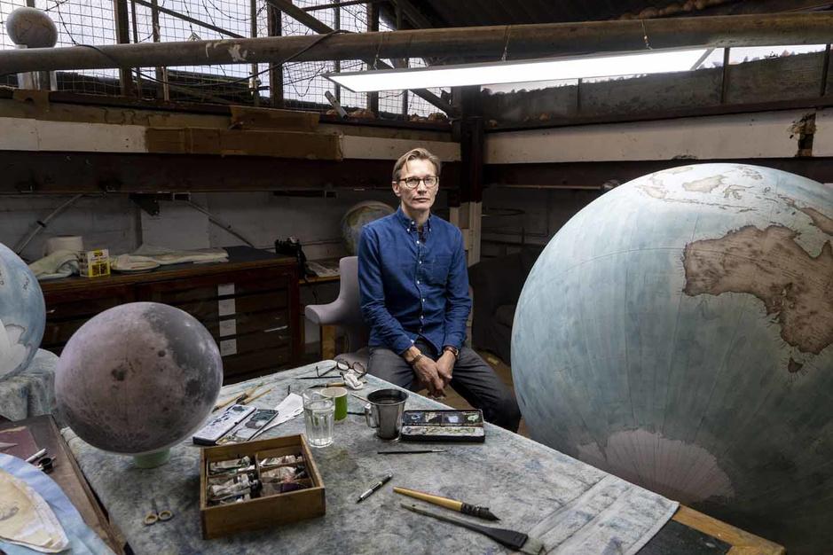 Dans un atelier londonien, des globes terrestres à la conquête du monde (en images)