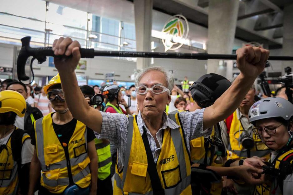 A Hong Kong, un grand-père joue les médiateurs en brandissant sa canne (en images)