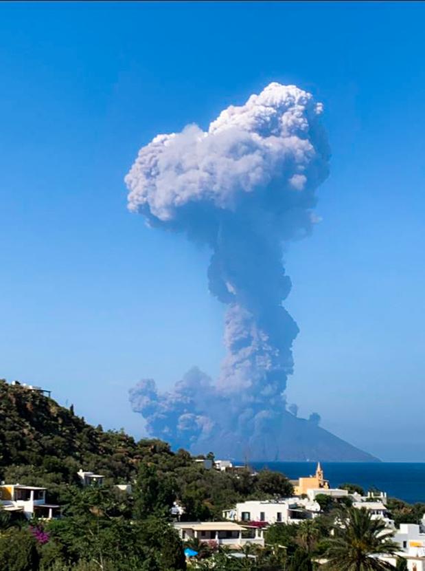 Puissante éruption du Stromboli, un randonneur décédé