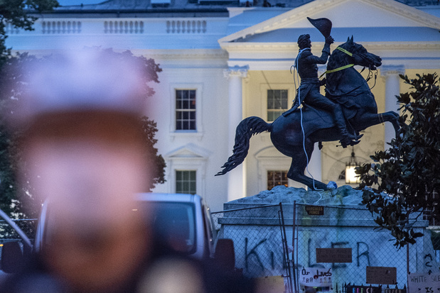 Des manifestants tentent de mettre à terre une statue devant la Maison Blanche