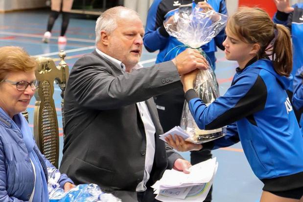 Voorzitter Willem Dewilde in de bloemetjes gezet bij Volleybal Kerdavo Avelgem