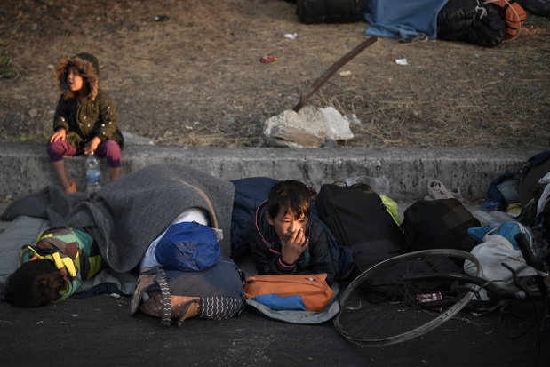 3e nuit dehors pour des milliers de migrants à Lesbos, la Belgique envoie de l'aide