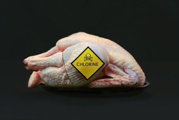 """Bientôt la fin de l'interdiction du """"poulet au chlore"""" dans l'UE?"""