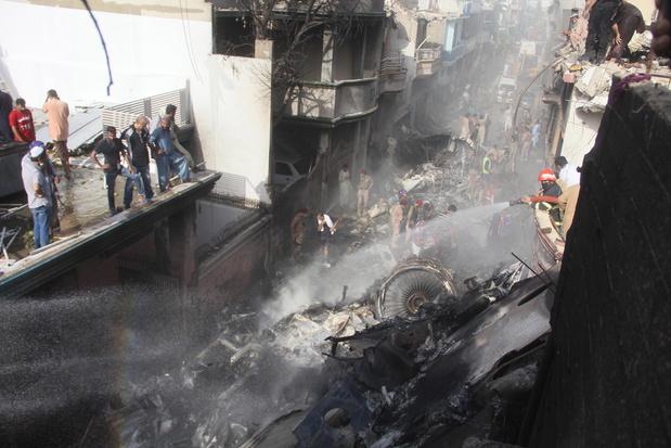Pakistan: un avion s'écrase avec près de 100 passagers à bord dans une zone résidentielle