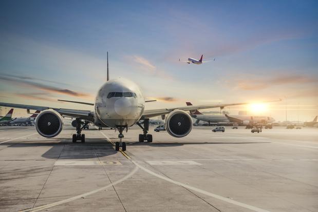 Prises à la gorge, les compagnies aériennes sabrent des milliers d'emplois