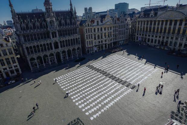 Un cimetière de vestes de cuisiniers: l'action choc de l'horeca sur la Grand Place de Bruxelles