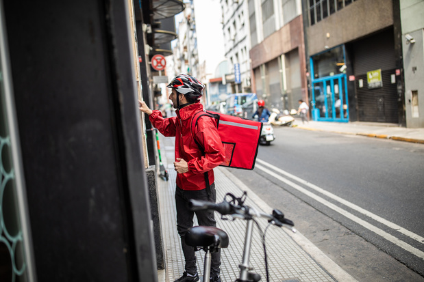 """Livreur de repas à vélo, un de ces métiers """"invisibles"""" qui continuent à faire tourner nos sociétés confinées"""