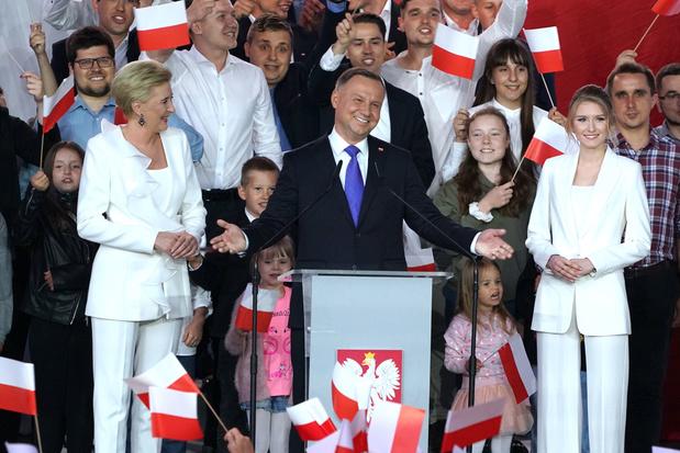 Pologne: Duda, le conservateur, serait légèrement en tête au 2nd tour de la présidentielle