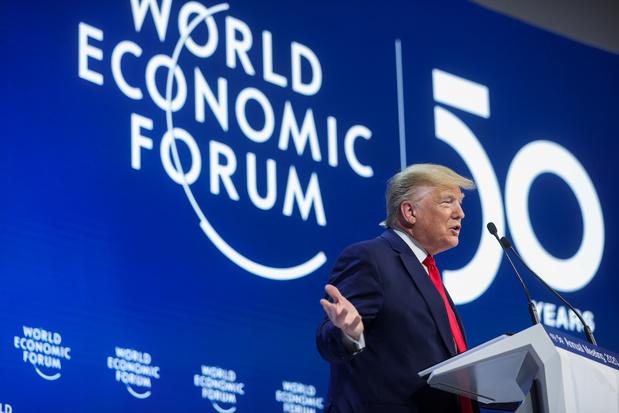 """A Davos, Trump fustige les """"prophètes de malheur"""" devant Greta Thunberg"""
