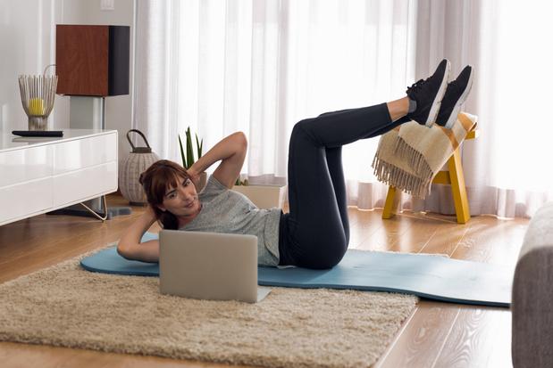 Entraînement dans le salon : 10 exercices pour vous maintenir en forme à la maison