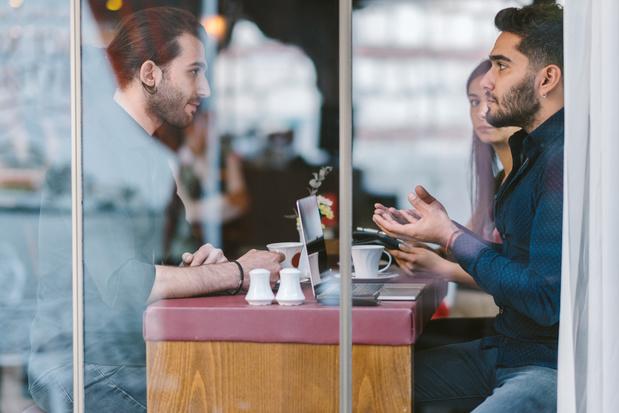 Parois transparentes, caméras thérmiques: quelles solutions dans les bars et restaurants contre le coronavirus?
