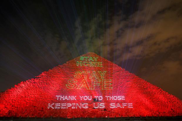 Haut-lieu du tourisme en Egypte, la pyramide de Guizeh s'illumine contre le coronavirus