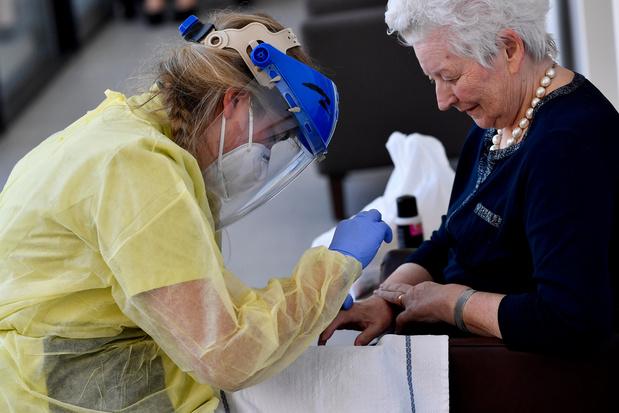 Des maisons de repos vaccinent secrètement les familles des résidents