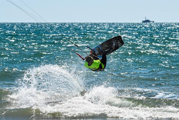 En Italie, les amateurs de kitesurf retrouvent les vagues