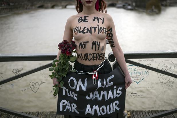 Saint-Valentin: des Femen s'enchaînent sur un pont à Paris pour dénoncer les féminicides