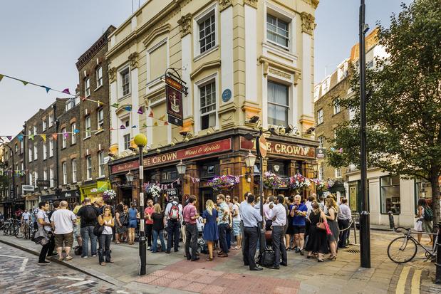 Les Britanniques privés de leur droit ancestral d'aller au pub