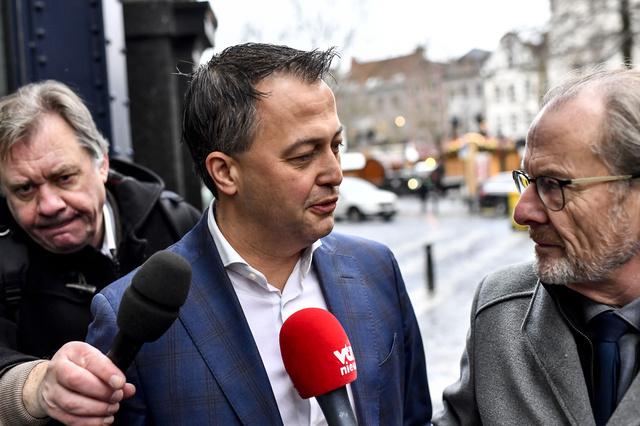 """Formation fédérale : le Roi consulte, le PS est critiqué, le CD&V """"brusqué"""""""