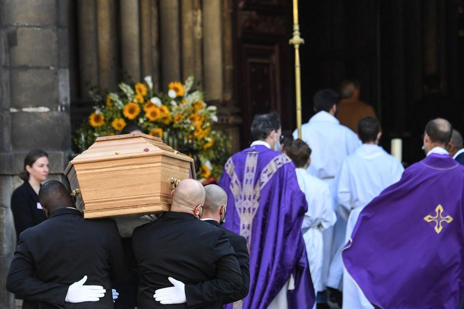 Sportifs, politiques, et artistes rendent un dernier hommage à Bernard Tapie (en images)