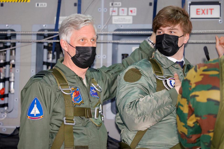 Le roi Philippe et son fils le prince Gabriel à bord d'un Airbus A400M (en images)