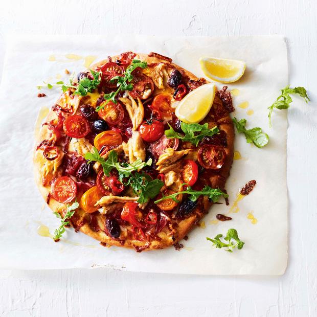 Recette express de la pizza aux tomates, olives et filets de maquereaux