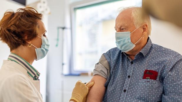 Covid: pourquoi de plus en plus de personnes vaccinées sont-elles testées positives?