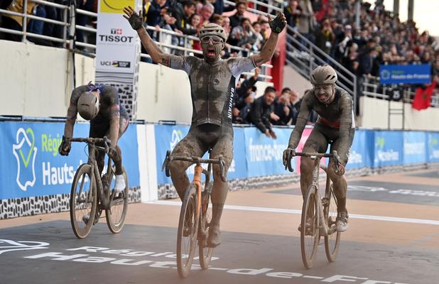 Paris-Roubaix: Victoire au sprint de l'Italien Sonny Colbrelli devant Florian Vermeersch et Mathieu van der Poel