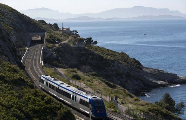 Le mythique train de la côte Bleue reprend du service, entre l'ocre des falaises ocre et le bleu de la Méditerranée