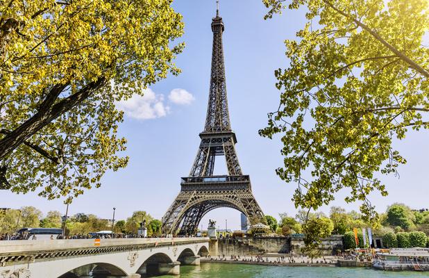 La Tour Eiffel rouvre enfin ses portes, en fanfare