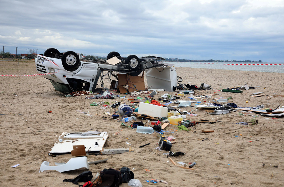 En images: une violente tornade s'abat en Grèce en pleine région touristique et fait sept morts