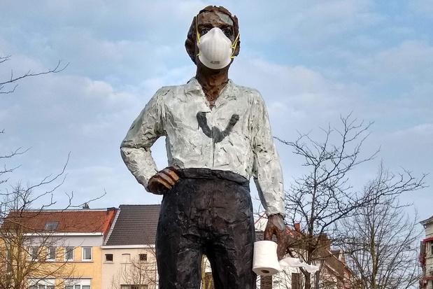 Mondmasker en toiletpapier voor standbeeld op de Veemarkt van Kortrijk