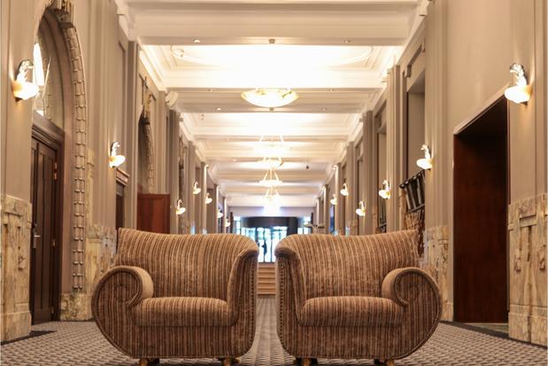 Waan je Grace Kelly of Brigitte Bardot: meubels uit beroemde Hotel Le Palace Brussel worden geveild