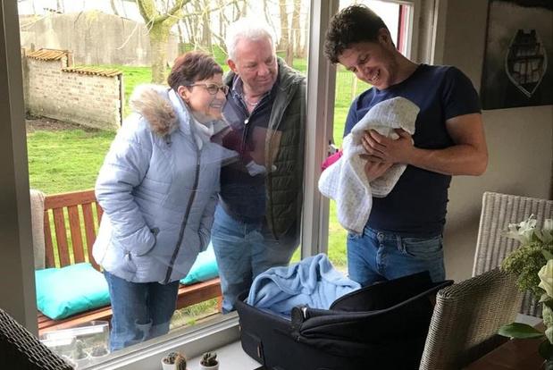 Eerste ontmoeting met kleinkind in tijden van corona: opa en oma bewaren veilige afstand