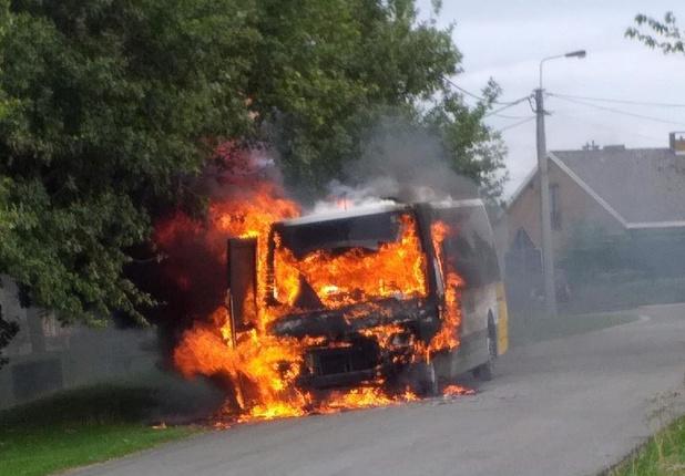 Belbus volledig uitgebrand, chauffeur kan tijdig ontkomen