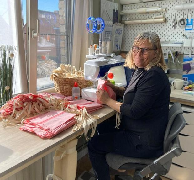 Sandra uit Assebroek naait het ganse weekend mondmaskers