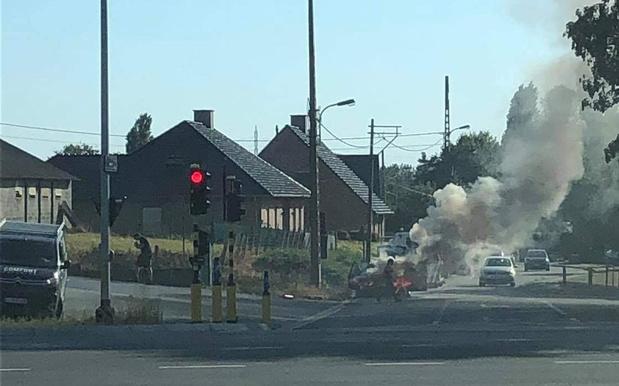 Wagen op takelwagen vat plots vuur