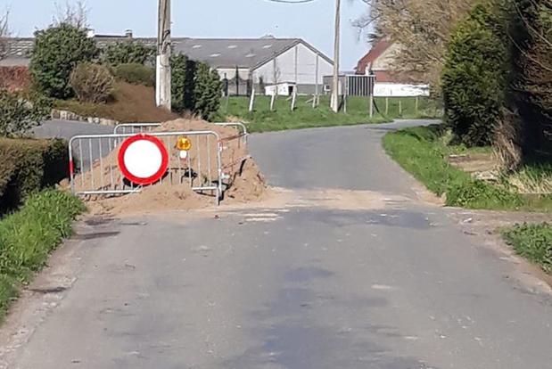 Burgemeester van Nieppe maakt grensversperring in Zakstraat in Nieuwkerke weer open