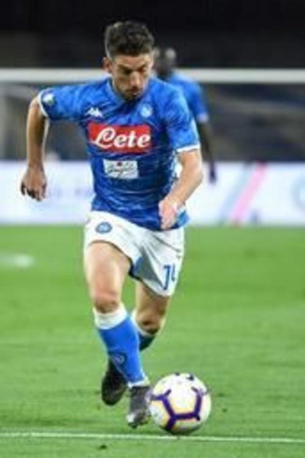 Belgen in het buitenland - Mertens helpt Napoli met historisch kopbaldoelpunt aan zege tegen Cagliari