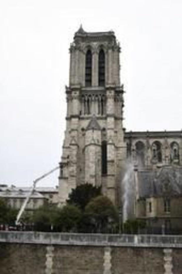 """Incendie à Notre-Dame de Paris: """"l'ensemble du feu est éteint"""", annoncent les pompiers"""