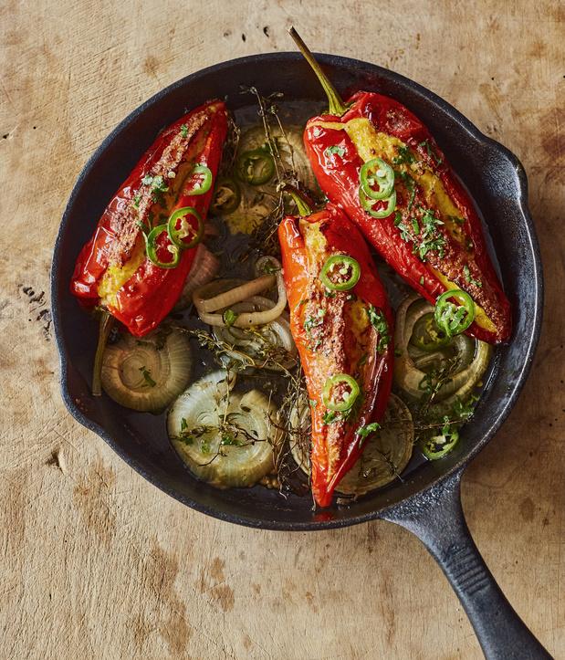 Puntpaprika's gevuld met romige mais en ingelegde jalapeñopepers