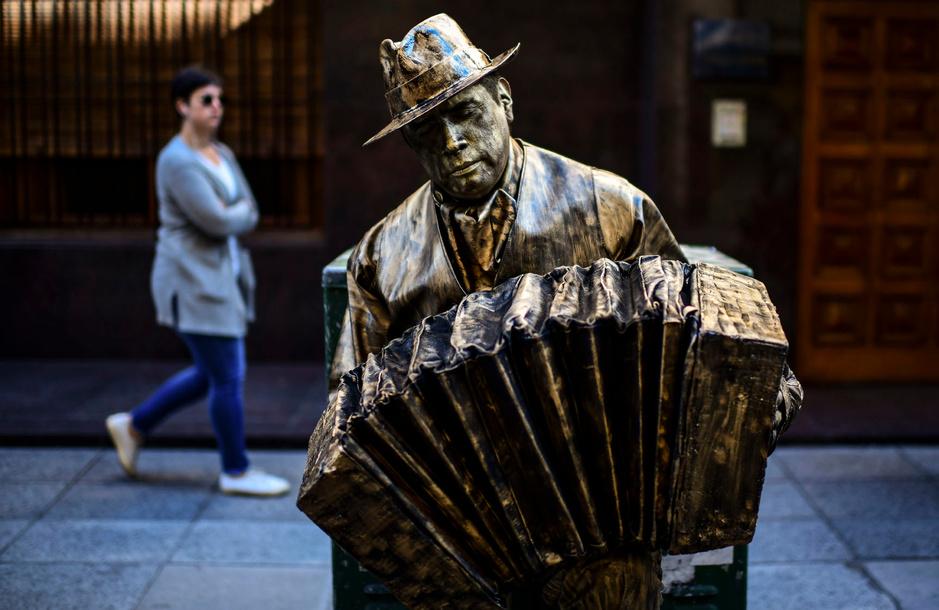 En images: les statues vivantes rivalisent d'immobilité à Buenos Aires