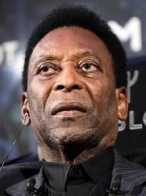 """Pelé reste une nuit de plus à l'hôpital """"par précaution"""""""