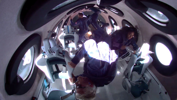 Richard Branson weer veilig op aarde na ruimtevlucht in eigen raket