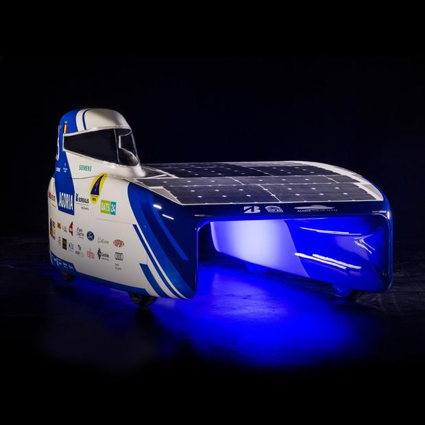 Leuvense ingenieursstudenten stellen gloednieuwe zonnewagen voor