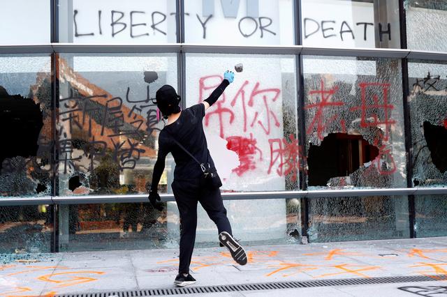 Geweld laait op in Hongkong nadat politie betoger neerschiet