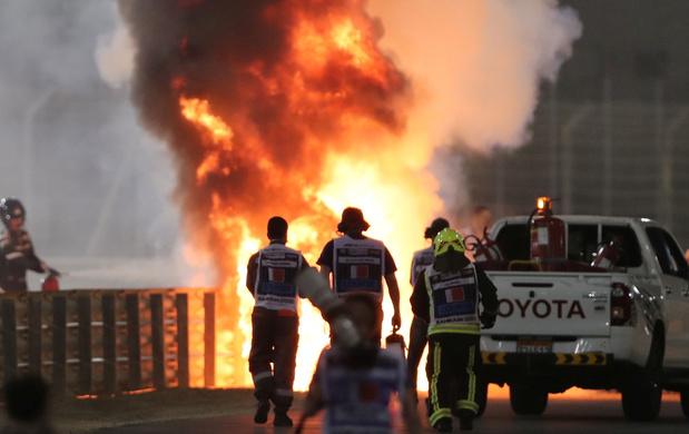 Lewis Hamilton wint in Bahrein, Grosjean overleeft brand 'dankzij halo'