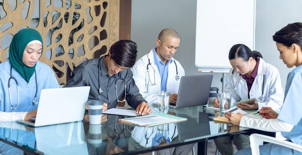 Het is dringend nodig de arts te vergoeden voor zijn niet-klinische akten