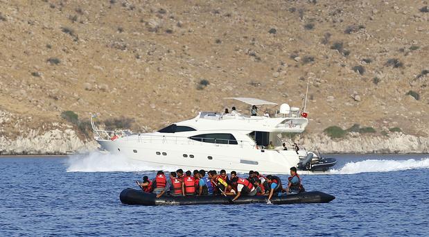 Grèce: Des garde-côtes tirent sur un bateau de migrants (VIDEO)