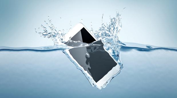 Smartphone à la mer : comment sauver votre téléphone tombé à l'eau