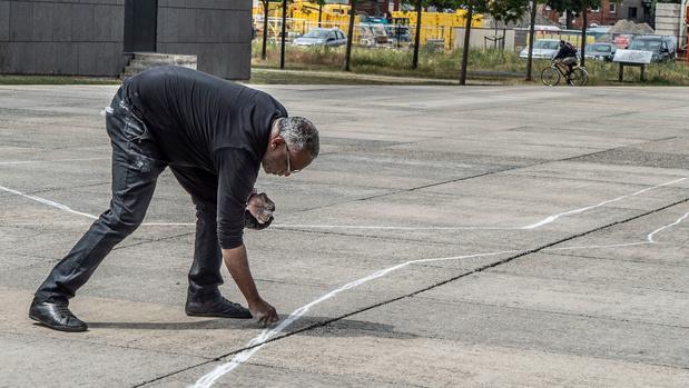 Mohamed Shabini, activiste de Black Lives Matter, dessine une scène de crime à Gand