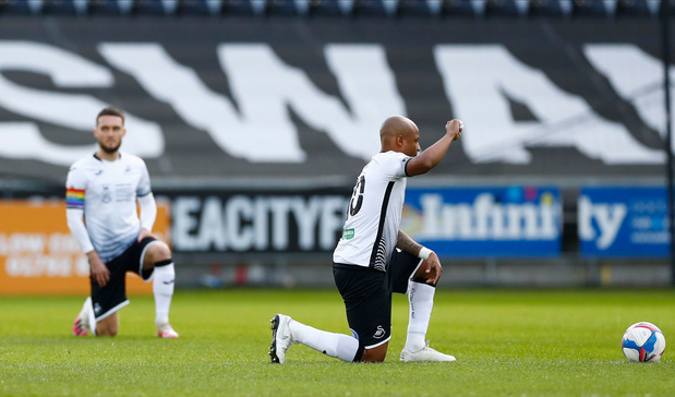 Spelers Millwall uitgejouwd tijdens knielen